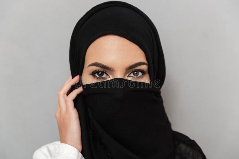 Chiuda sul ritratto di giovane donna araba immagini stock libere da diritti