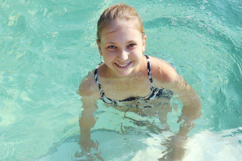 Chiuda sul ritratto di giovane ragazza di nuoto fotografia stock libera da diritti