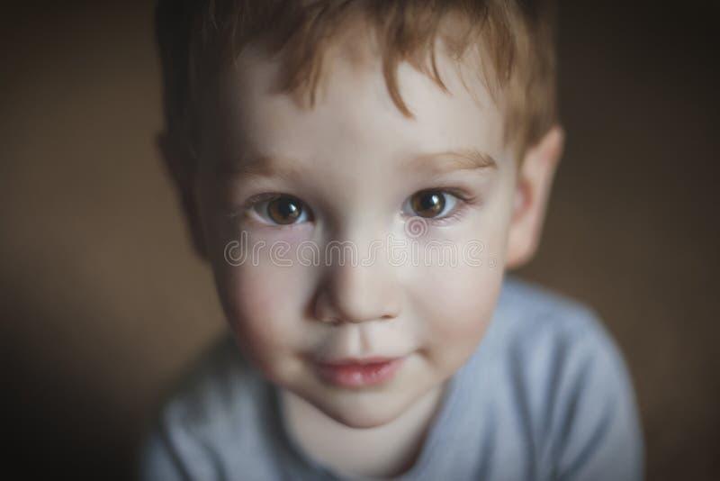 Chiuda sul ritratto di giovane ragazzo sveglio fotografie stock libere da diritti