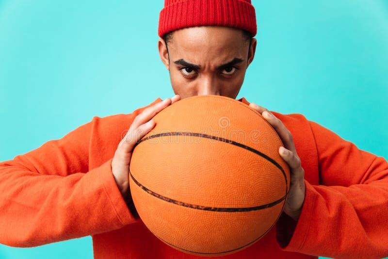 Chiuda sul ritratto di giovane uomo afroamericano concentrato immagini stock libere da diritti