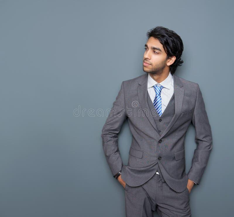 Chiuda sul ritratto di giovane uomo attraente di affari immagini stock