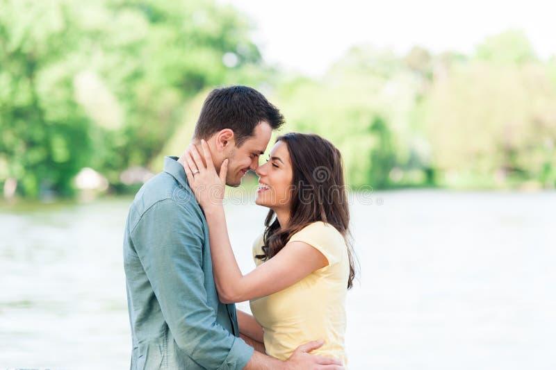 Chiuda sul ritratto di giovani coppie attraenti nell'amore all'aperto fotografia stock libera da diritti