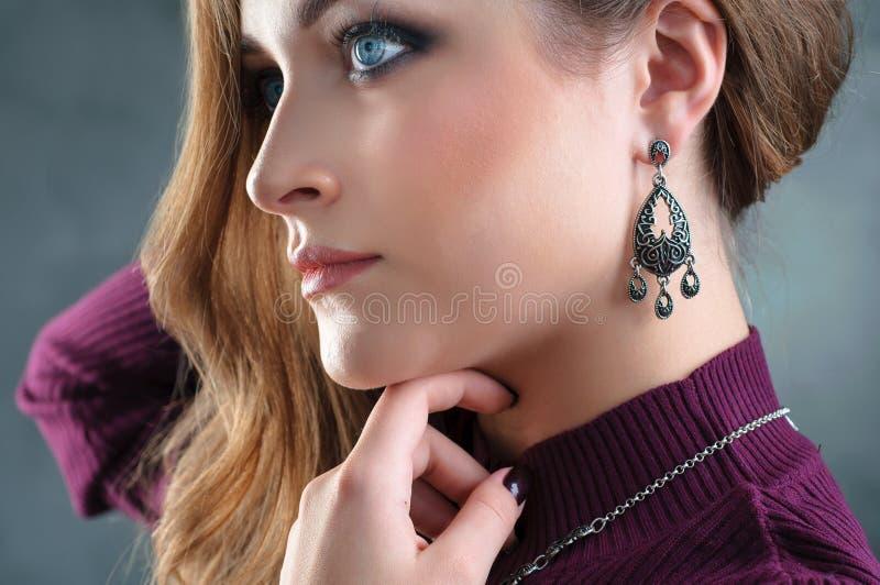 Chiuda sul ritratto di profilo di bella donna che sceglie il je di modo fotografia stock