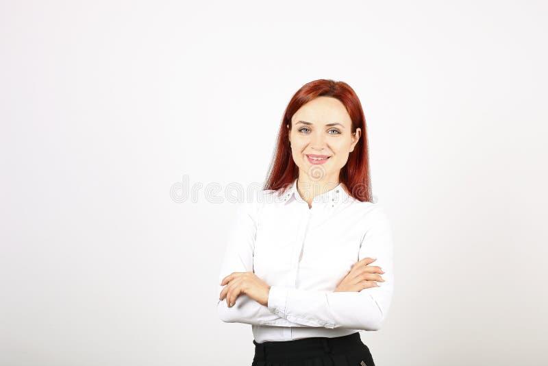 Chiuda sul ritratto di riuscita giovane donna di affari che posa e che mostra le emozioni su fondo bianco immagine stock libera da diritti