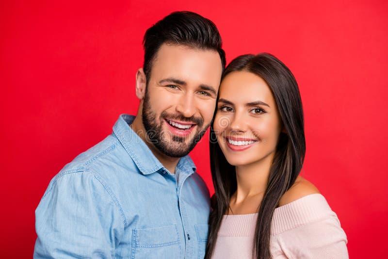 Chiuda sul ritratto di sorridere, bello, coppia, esaminante è venuto immagine stock