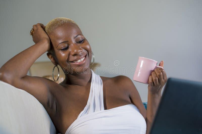 Chiuda sul ritratto di stile di vita di giovane di caffè bevente o tè di classe della donna americana attraente e felice dell'afr fotografia stock
