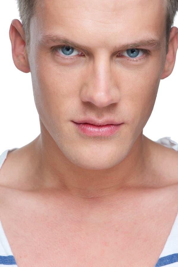 Chiuda sul ritratto di un modello di moda maschio fotografia stock