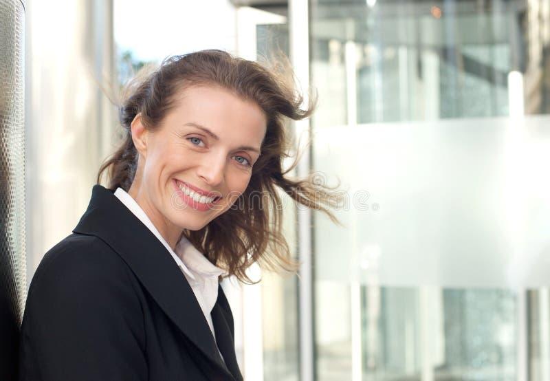 Chiuda sul ritratto di un sorridere amichevole della donna di affari fotografia stock libera da diritti