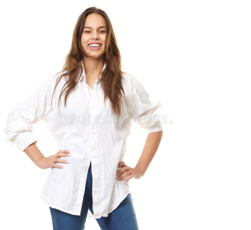 Chiuda sul ritratto di un sorridere sicuro della giovane donna fotografia stock