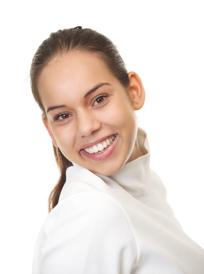 Chiuda sul ritratto di un sorridere sveglio della giovane donna fotografie stock libere da diritti