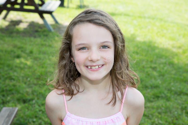 chiuda sul ritratto di un sorridere sveglio della ragazza del bambino piccolo fotografia stock