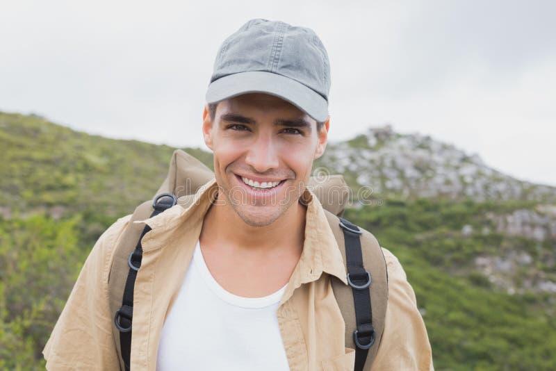 Chiuda sul ritratto di un uomo d'escursione felice fotografie stock
