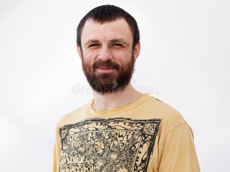 Chiuda sul ritratto di un uomo sorridente adulto immagine stock libera da diritti