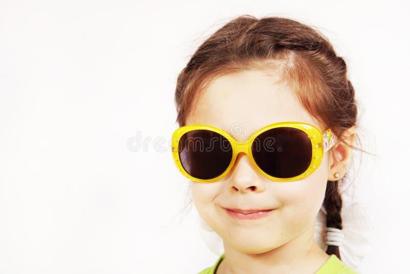 Chiuda sul ritratto di una bambina sveglia sorridente fotografia stock
