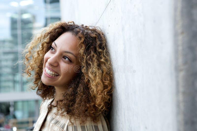 Chiuda sul ritratto di una giovane donna amichevole immagine stock libera da diritti