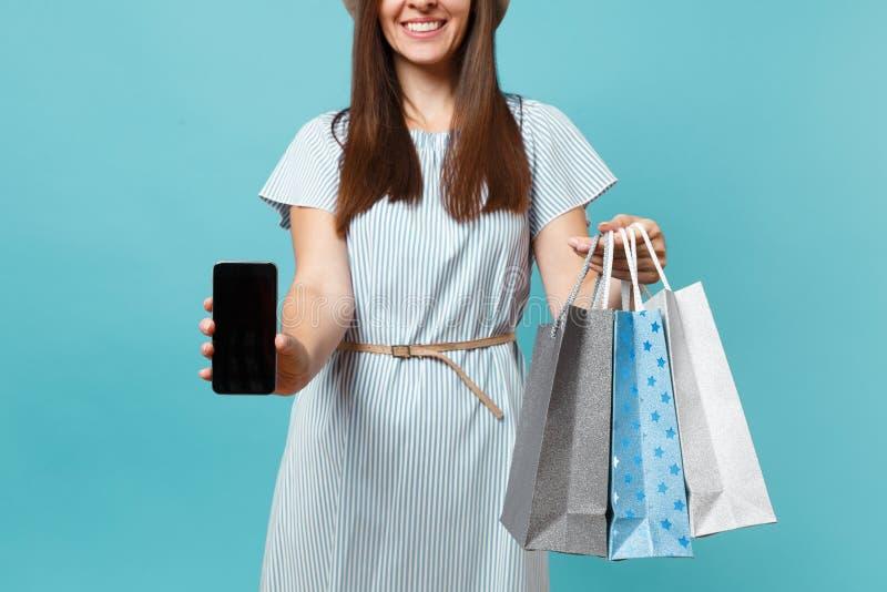 Chiuda sul ritratto potato della donna nelle borse dei pacchetti della tenuta del vestito dall'estate con gli acquisti dopo la co immagini stock libere da diritti
