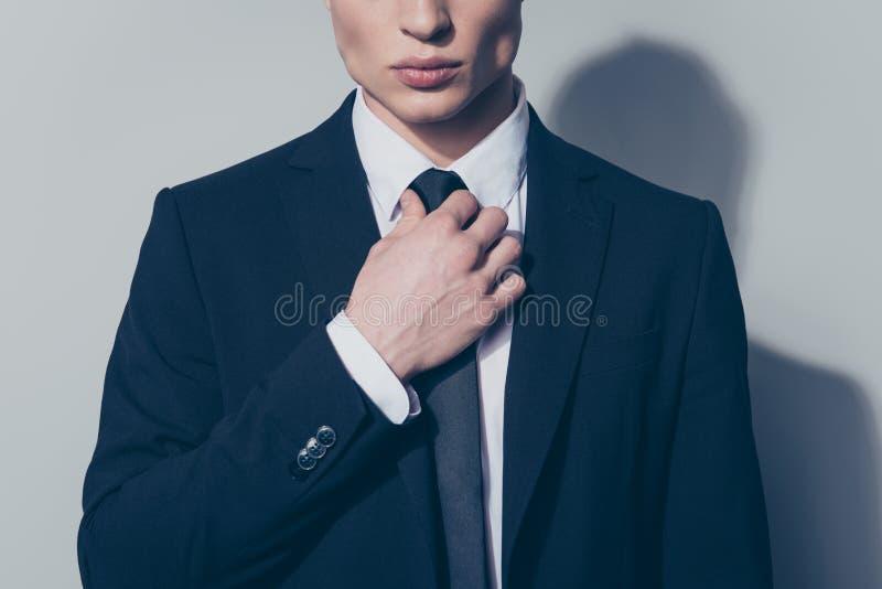 Chiuda sul ritratto potato di giovane uomo d'affari bello in vestito immagini stock libere da diritti