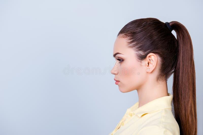 Chiuda sul ritratto potato di profilo della giovane signora in maglietta gialla immagine stock libera da diritti