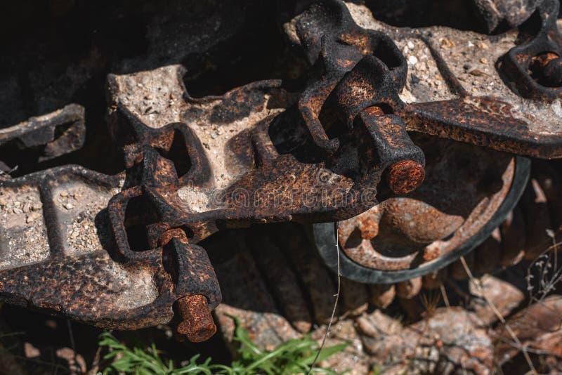 Chiuda sul trattore a cingoli Vecchio trattore a cingoli arrugginito immagini stock