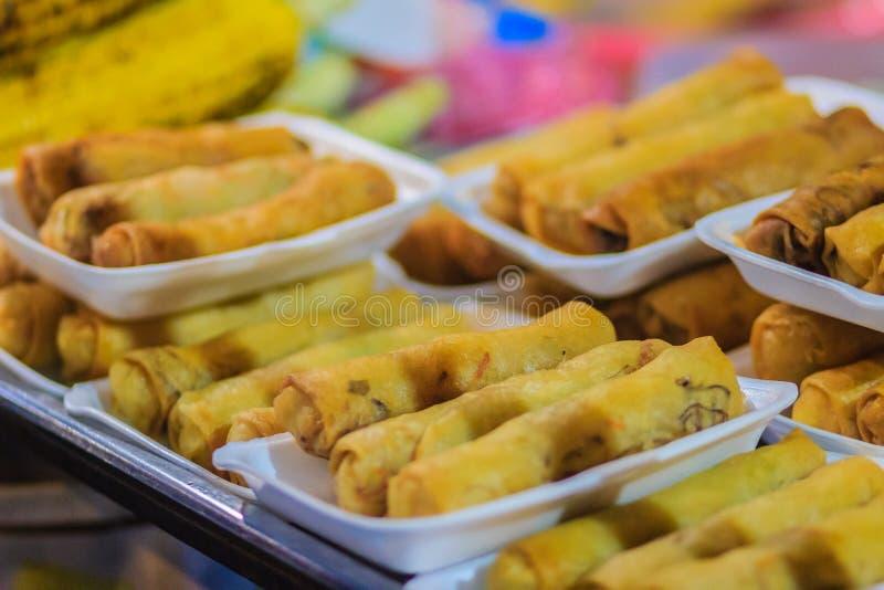 Chiuda sul venditore che cucina per il pane, il mataba, o il roti piano del sud immagini stock