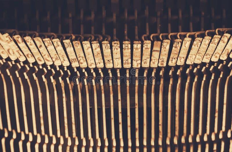 Chiuda sull'immagine delle chiavi metalliche della macchina da scrivere Annata filtrata Fuoco selettivo immagine stock