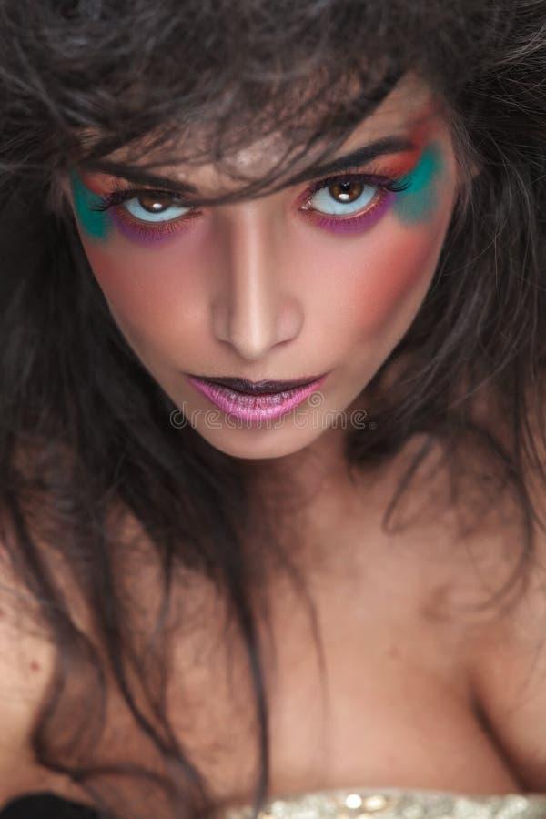 Chiuda sull'immagine di una donna affascinante di bellezza immagine stock libera da diritti