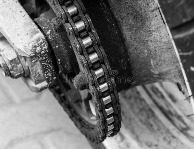 Chiuda sull'immagine monocromatica della catena del motociclo fotografia stock