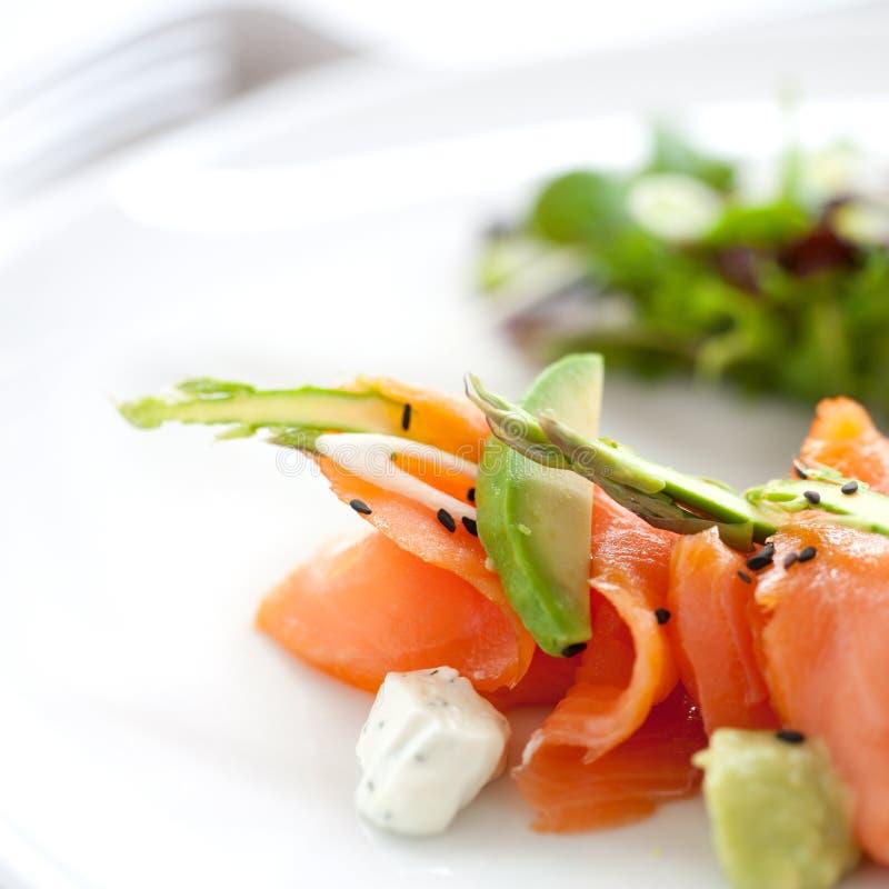 Chiuda sull'insalata dei salmoni affumicati immagini stock libere da diritti
