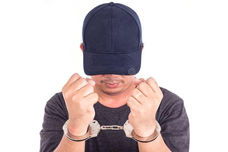 Chiuda sull'uomo con le manette sulle mani isolate su backgroun bianco immagini stock libere da diritti