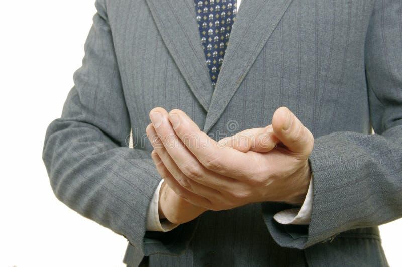 Chiuda sull'uomo d'affari che applaude le sue mani nell'ufficio fotografie stock libere da diritti