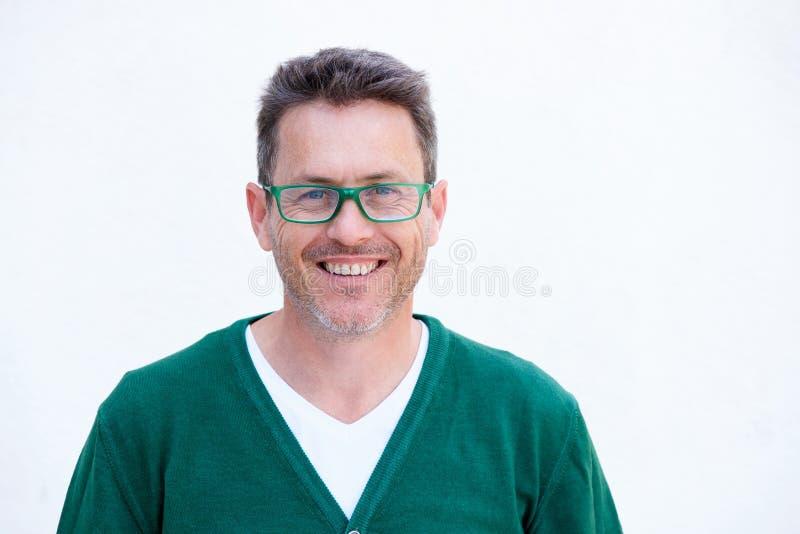 Chiuda sull'uomo più anziano sorridente in vetri isolati su fondo bianco fotografie stock libere da diritti