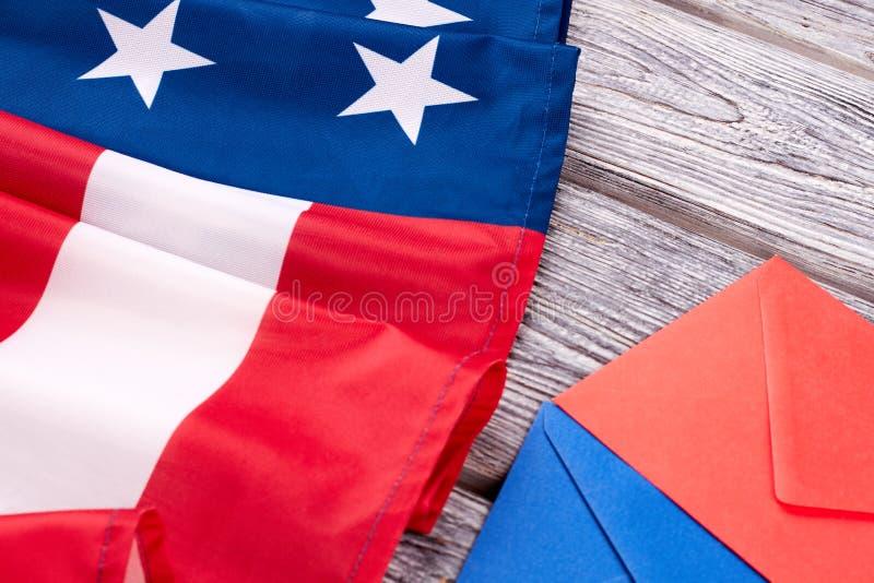 Chiuda sulla bandiera americana e sulle buste immagini stock libere da diritti
