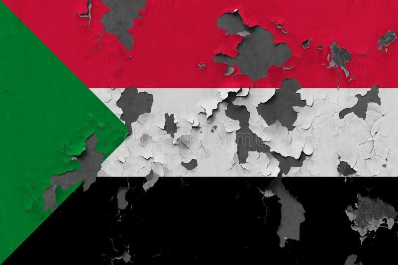 Chiuda sulla bandiera grungy, nociva e stagionata del Sudan sulla parete che pela la pittura per vedere interno superficie fotografia stock