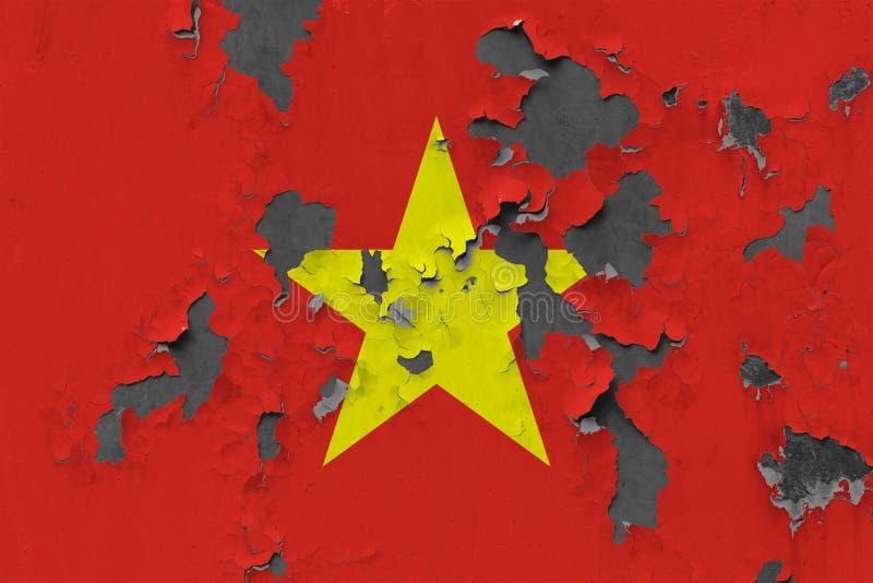 Chiuda sulla bandiera grungy, nociva e stagionata del Vietnam sulla parete che pela la pittura per vedere interno superficie fotografia stock libera da diritti