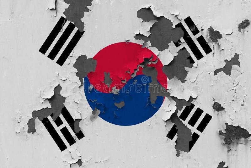 Chiuda sulla bandiera grungy, nociva e stagionata della Corea del Sud sulla parete che pela la pittura per vedere interno superfi immagine stock libera da diritti