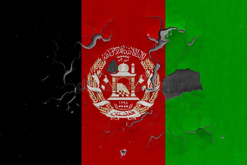 Chiuda sulla bandiera grungy, nociva e stagionata di Afghanistan sulla parete che pela la pittura per vedere interno superficie illustrazione di stock
