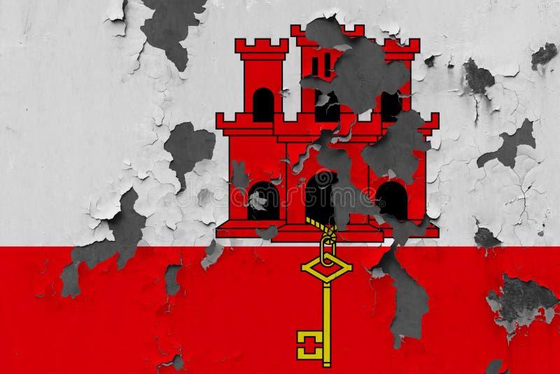 Chiuda sulla bandiera grungy, nociva e stagionata di Gibilterra sulla parete che pela la pittura per vedere interno superficie immagine stock libera da diritti
