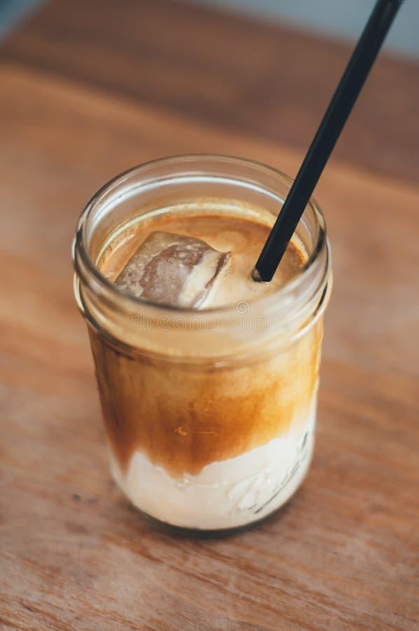 Chiuda sulla bevanda fredda del caffè con ghiaccio immagine stock