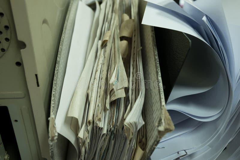 Chiuda sulla cartella molto vecchia del documento cartaceo immagini stock