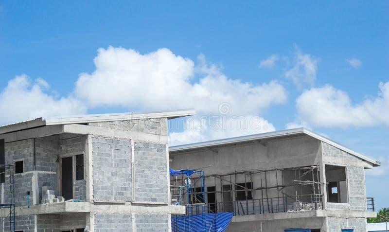 Chiuda sulla costruzione di edifici della casa urbana con cielo blu e copi immagini stock