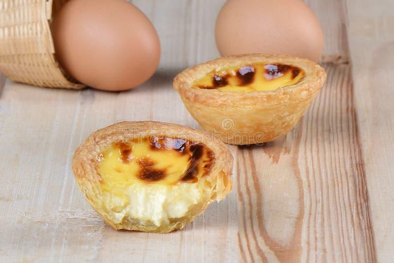 Chiuda sulla crostata dell'uovo del morso fotografia stock