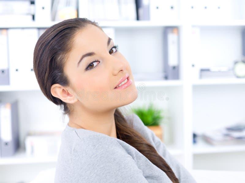 Chiuda sulla donna abbastanza lunga dei capelli all'ufficio immagini stock libere da diritti