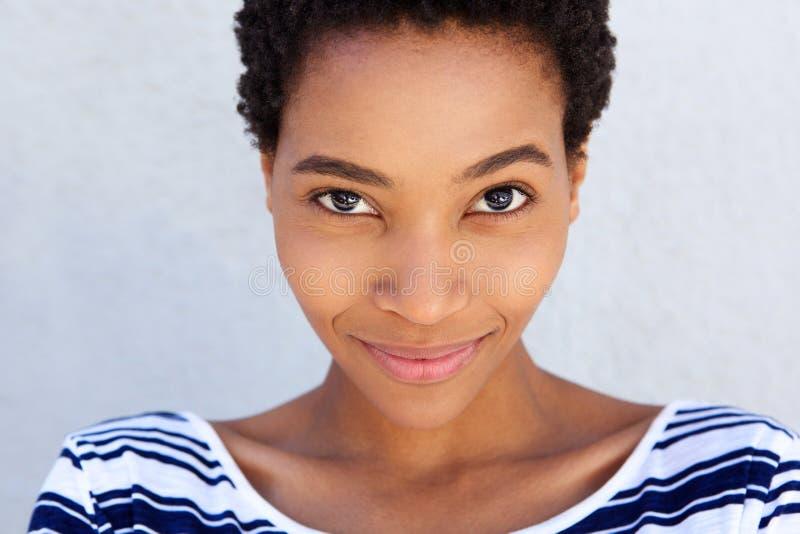 Chiuda sulla donna afroamericana che smirking fotografie stock libere da diritti