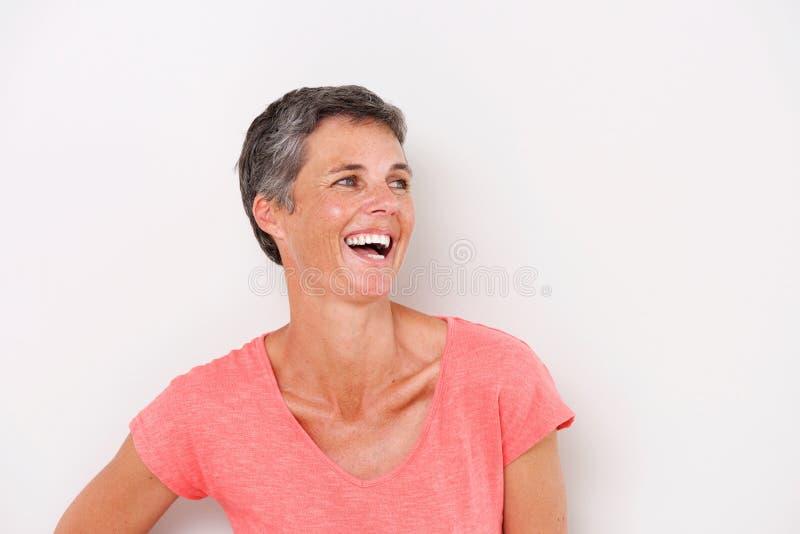Chiuda sulla donna allegra di medio evo che umilia il fondo bianco immagini stock libere da diritti