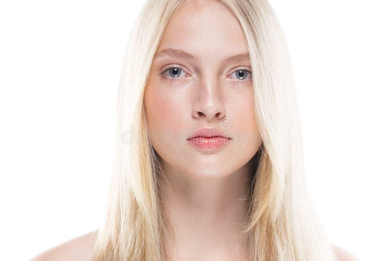 Chiuda sulla donna del fronte con la pelle di bellezza e l'iso beautful dei capelli biondi fotografia stock