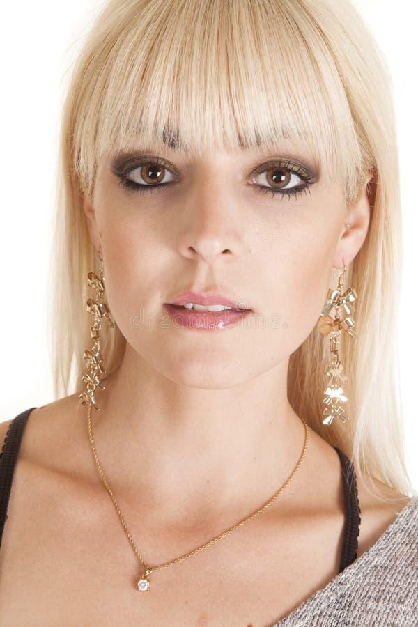 Chiuda sulla donna lungamente ciondolano gli orecchini fotografia stock libera da diritti