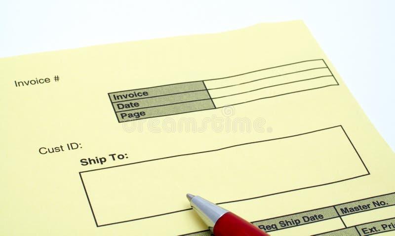 Chiuda sulla fattura in bianco con la penna immagine stock