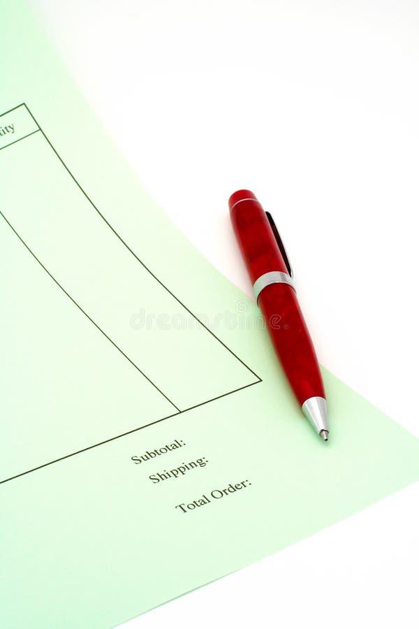 Chiuda sulla fattura in bianco con la penna su priorità bassa bianca immagine stock libera da diritti