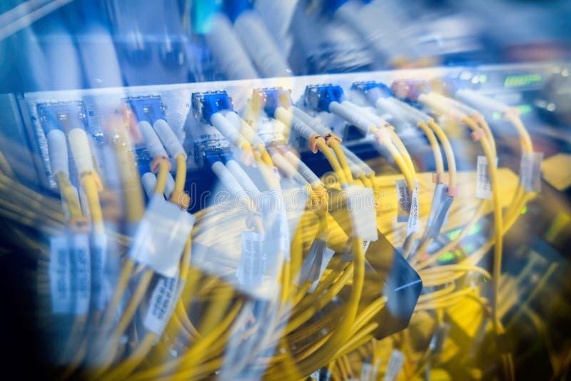 Chiuda sulla fibra ottica nella stanza del server immagine stock