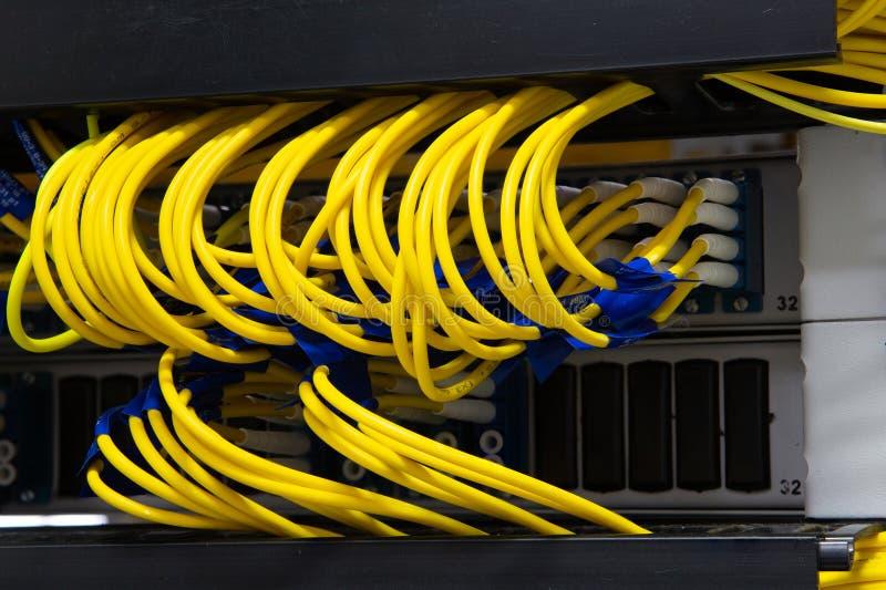 Chiuda sulla fibra ottica nella stanza del server, cavi della rete installati nell'immagine dell'estratto dello scaffale per uso  fotografia stock